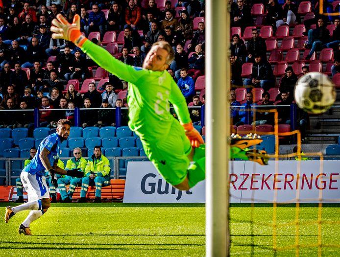 Remko Pasveer wordt gepasseerd door Jurgen Locadia van PSV.