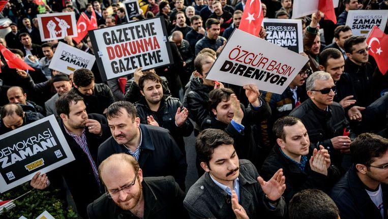 Demonstranten protesteren tegen de overname van de Turkse regering van de krant Zaman. Beeld Epa
