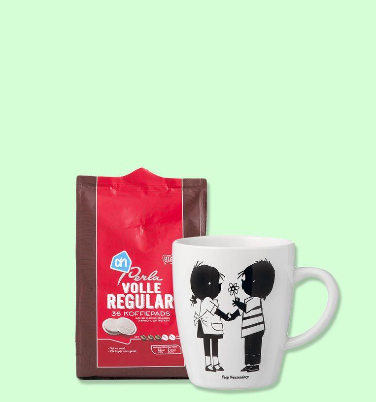 Een pak Perla-koffie van de Albert Heijn en een Jip en Janneke-mok van de Hema. Beeld
