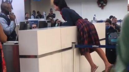VIDEO. Vrouw gaat compleet door het lint als vlucht geannuleerd wordt