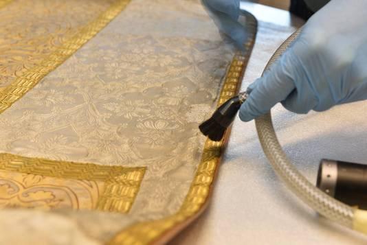 De speciale museumstofzuiger heeft een regelbare zuigkracht. Op die manier wordt er geen schade toegebracht aan het textiel.