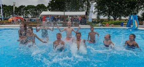 Midzomerfeest Willemstad trekt ondanks grijze weer nog zo'n honderd badgasten