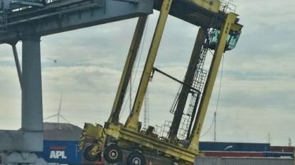 Straddle carrier knalt tegen kraan in Antwerpse haven