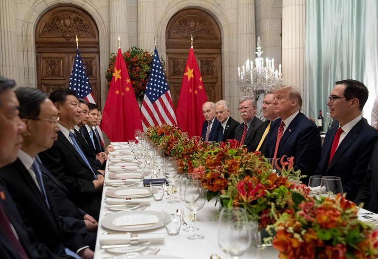 Amerikaanse president Donald Trump, minister van Financiën Steven Mnuchin en Chinese president Xi Jinping op de G20 in Buenos Aires.