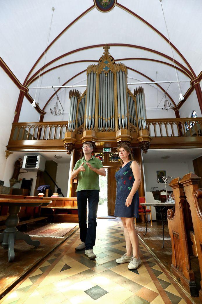 Bart van den Goorbergh en Margreet van Iterson in hun eigen kerk.