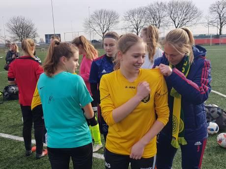 Eredivisievrouwen van Ajax geven voetbalclinic in Den Bosch