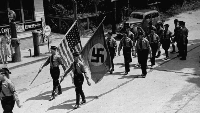 Amerikaanse leden van de nazipartij marcheren in 1937 door de straten van Yaphan. Beeld Rex Hardy Jr. / The Life Picture Collection / Getty