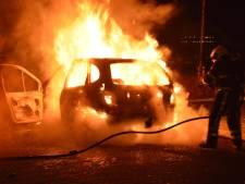 Twee auto's in brand op beruchte kruising in Veen, veel mensen op straat