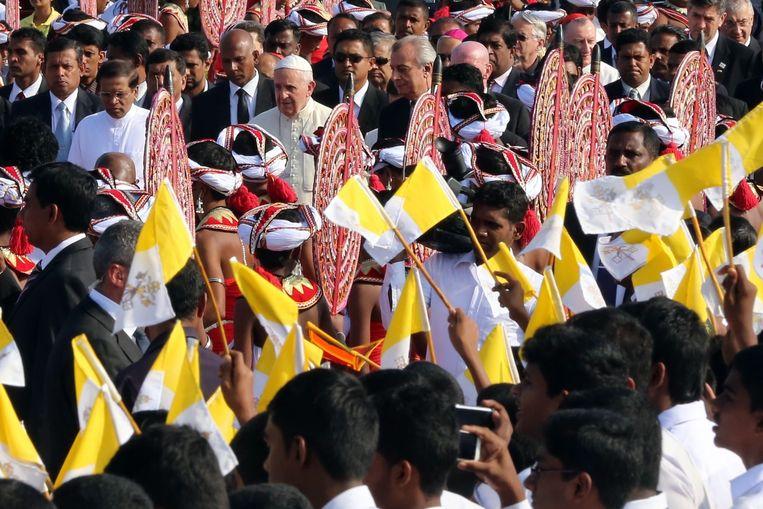 Paus Franciscus op het vliegveld van Colombo. Beeld epa