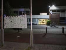 Extreemrechtse actiegroep hangt anti-islamspandoeken op bij zwembad de Fakkel