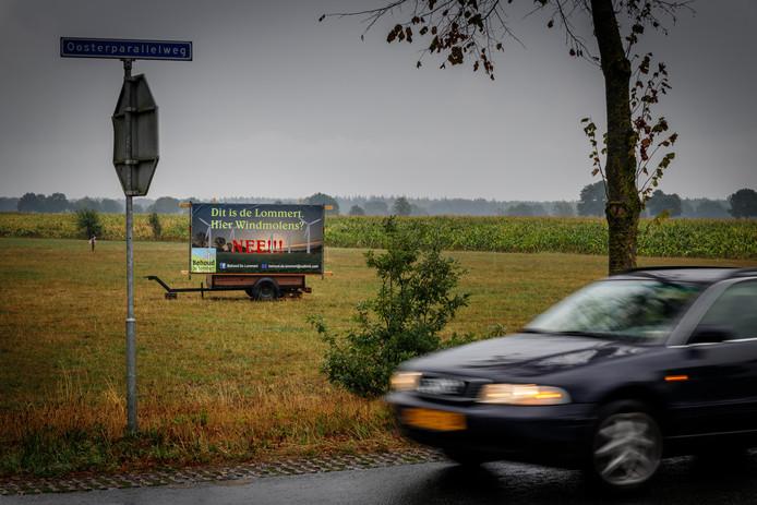 Buurtbewoners in Staphorst hebben een spandoek tegen windmolens geplaatst.