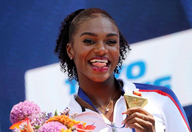Dina Asher-Smith tijdens de medaille-uitreiking voor de 200 meter op het EK in Berlijn. Beeld EPA