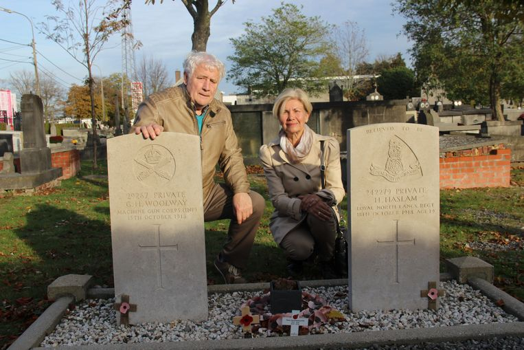 Bernard Decraene van de Geschiedkundige Kring Ronse en Nadine Dezaeytijd bij de graven van de Britse soldaten op het oud kerkhof.