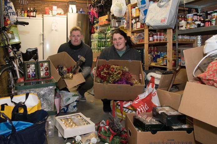 Vrijwilligers van de Stichting Mensen in Nood 0341, Sebas Kuipers en Jolande Kuipers, hebben de dozen met kerstversiering klaarstaan.