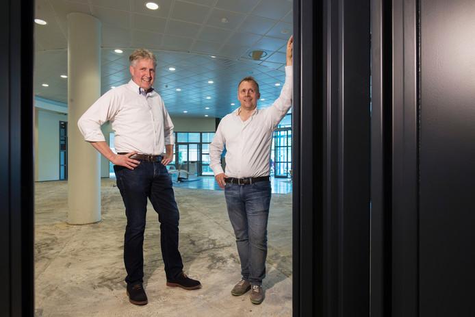 Projectontwikkelaars Egbert Florij n (links) en Berend van Garderen van het Eibergse gezondheidsplein voor de kluis in het voormalige bankgebouw.