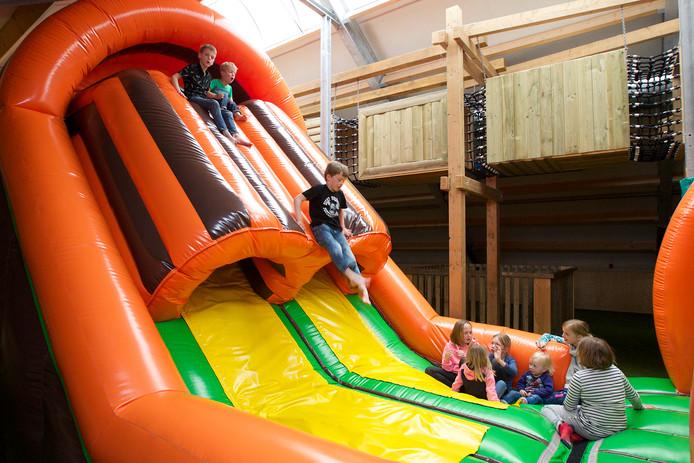 Kinderen vermaken zich op de grote glijbaan in de binnenspeeltuin van De Flierefluiter in Raalte.Gerard Vrakking
