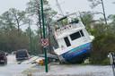 Een boot is aangespoeld aan de kust doordat orkaan Sally door het gebied rond Orange Beach, Alabama trok.