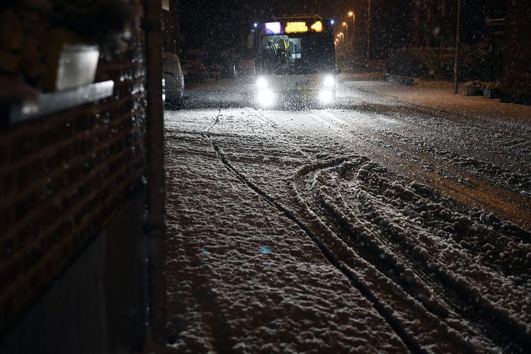 Sommige mensen kozen voor de bus om niet met de wagen door de sneeuw te moeten rijden.