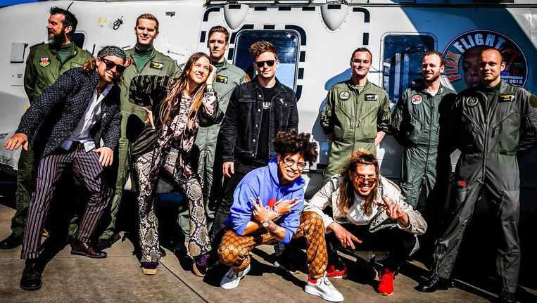 Rapper Ronnie Flex, band My Baby en dj Fedde le Grand als Ambassadeurs van de Vrijheid voor de helikopter waarmee ze de Bevrijdingsfestivals aan gaan doen. Beeld anp