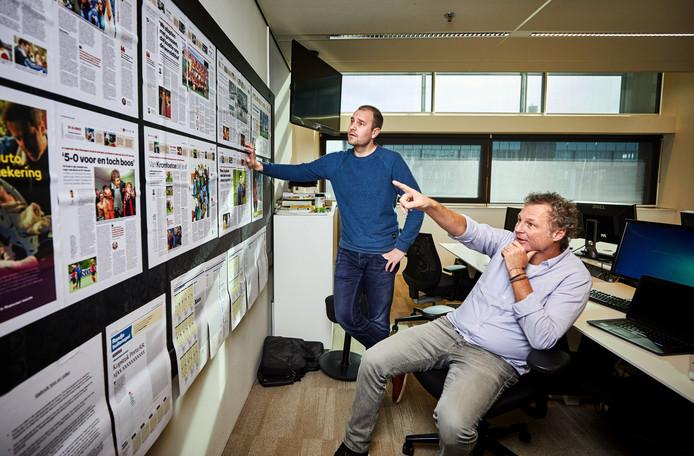 Voetbal-verslaggevers Daniel Dwarswaard en Mikos Gouka (de clubwatchers van Ajax en Feyenoord)  op de redactie
