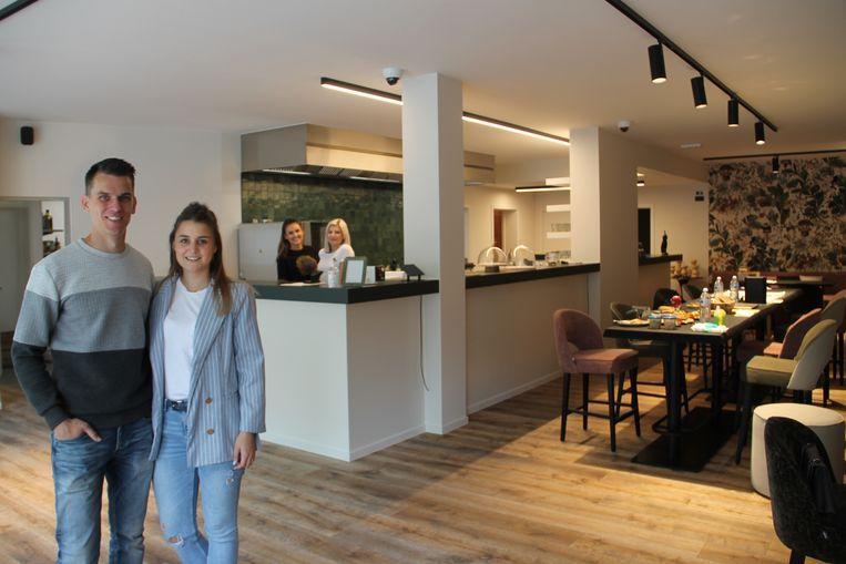 Andres en zijn vriendin Emily krijgen in Outrance Foodbar de hulp van Charlotte en Anneleen.