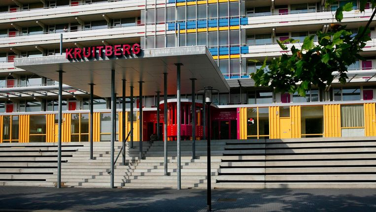 De man werd gewond aangetroffen voor flat Kruitberg. Beeld Floris Lok