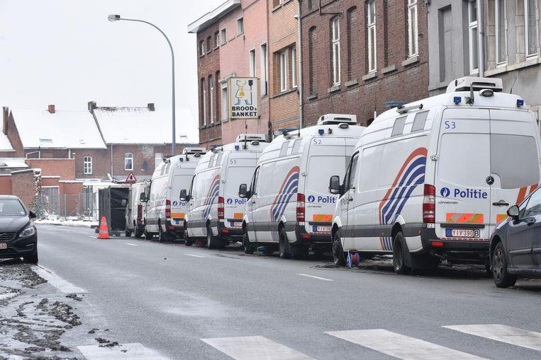 Een hele rij politiewagens staat bij het huis waar het drama zich heeft afgespeeld.