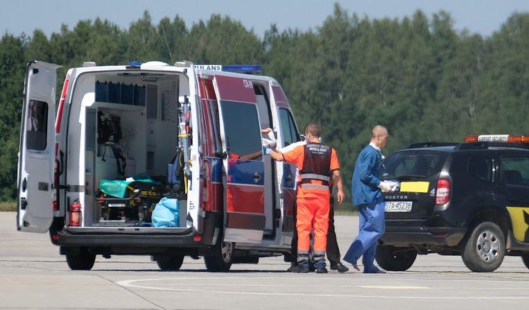 Fabio Jakobsen op weg naar het vliegtuig in Pyrzowice, dat hem naar Nederland vervoert. Beeld EPA