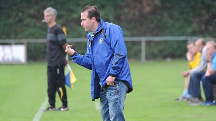 Jeroen Denissen geeft aanwijzigingen aan de spelers van SCV'58. Foto: Ed van Alem