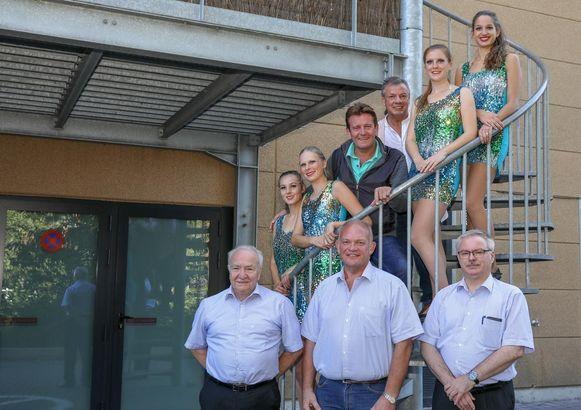 Enkele leden van de Feestcomiteit, samen met Paul Bruna en Luc Steeno.