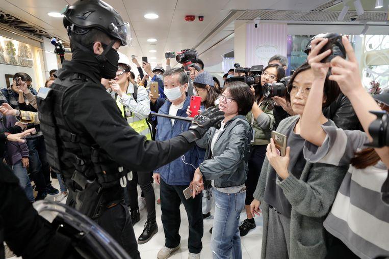 """Vandaag nog demonstreerden inwoners in een shoppingcenter in Hongkong, waarbij ze slogans riepen als """"Bevrijd Hongkong""""."""