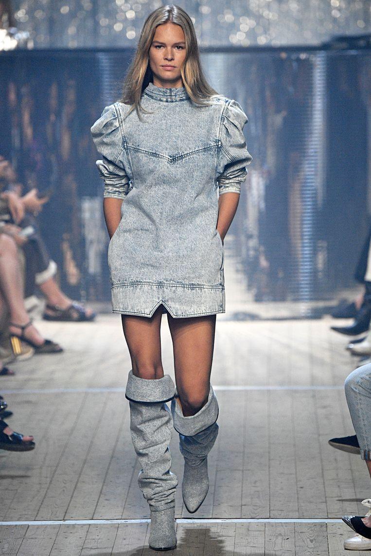 Een model tijdens de show van Isabel Marant. Beeld Getty Images