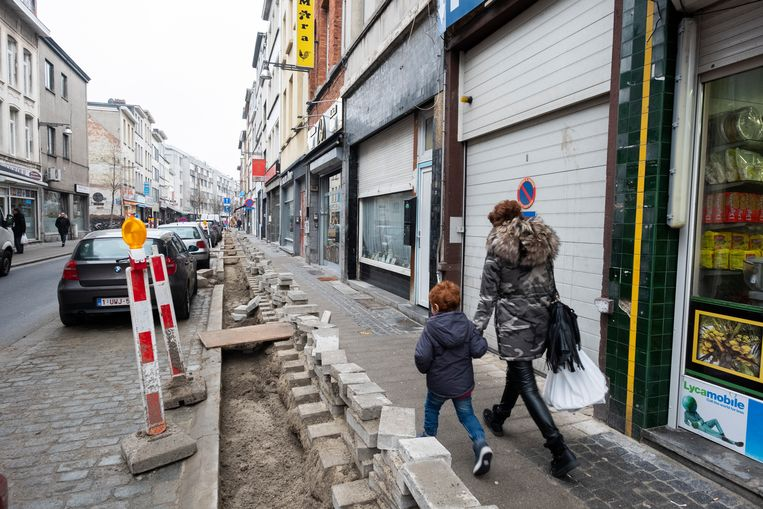 Het nagelnieuwe voetpad van de Handelstraat ligt dankzij Telenet na twee maanden al opnieuw open