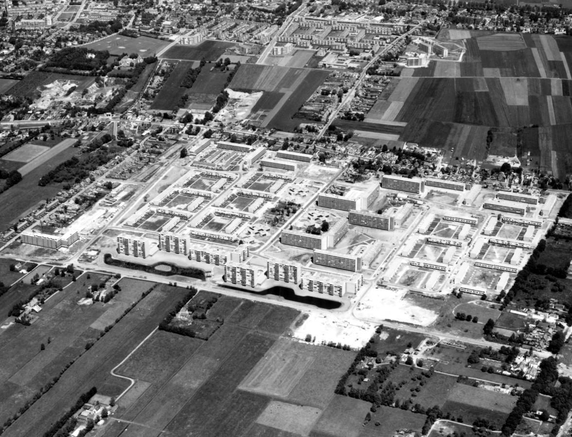 Bouw van de wijk Smitsveen in Soest in de jaren 60. Rechtsboven is een deel van de lege Zuidereng nog zichtbaar. Destijds waren er plannen om Soest te laten groeien tot 80.000 inwoners.