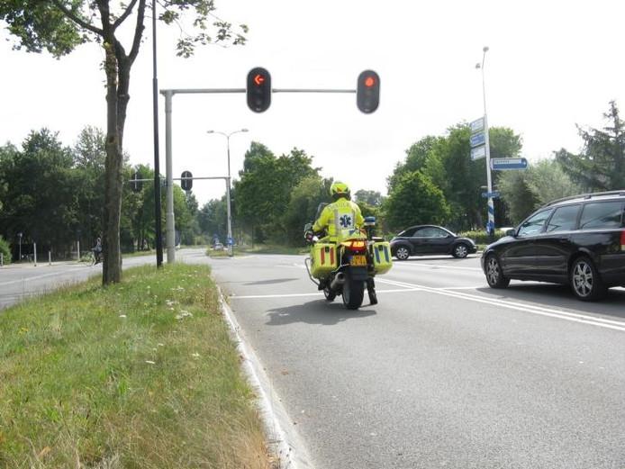 De motorambulance wacht op de kruising Laan van Westenenk/Ugchelseweg vergeefs. foto's Henk van 'tVeen