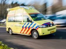 Auto rijdt achterop vrachtwagen op A16 bij Breda; twee gewonden