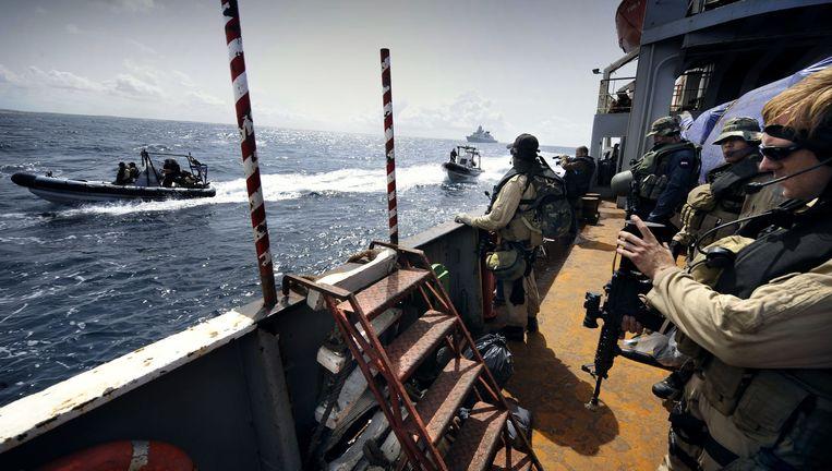 Om kaping door piraten te voorkomen, escorteren leden van het Korps Mariniers een schip met voedselhulp naar Mogadishu, Somalië Beeld Sven Torfinn