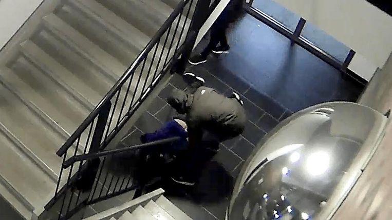De man van het stel werd tegen de grond gewerkt en zijn handen werden vastgebonden. Beeld Opsporing Verzocht