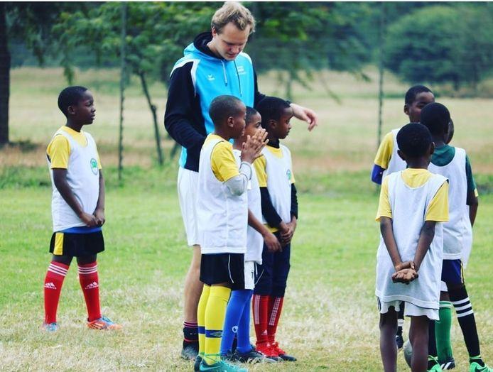 Daan Zwierink die training geeft in Tanzania