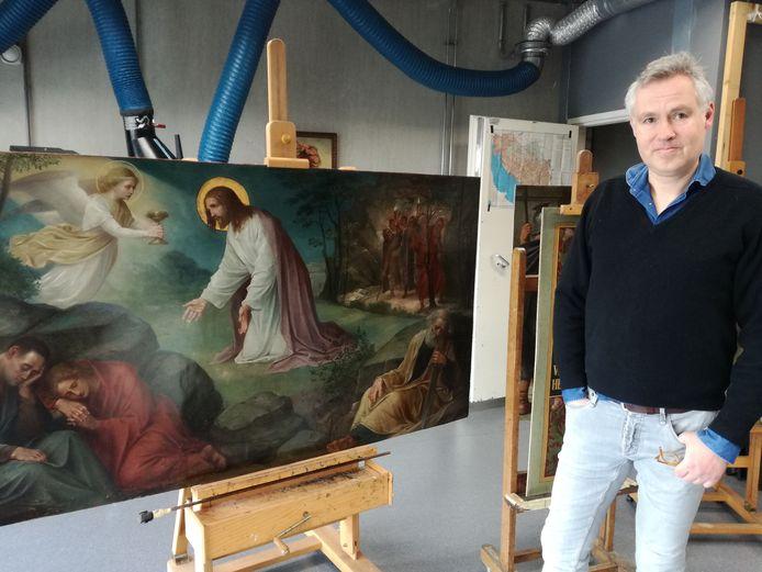 Michel van de Laar bij het schilderij Christus in de Hof van Olijven.