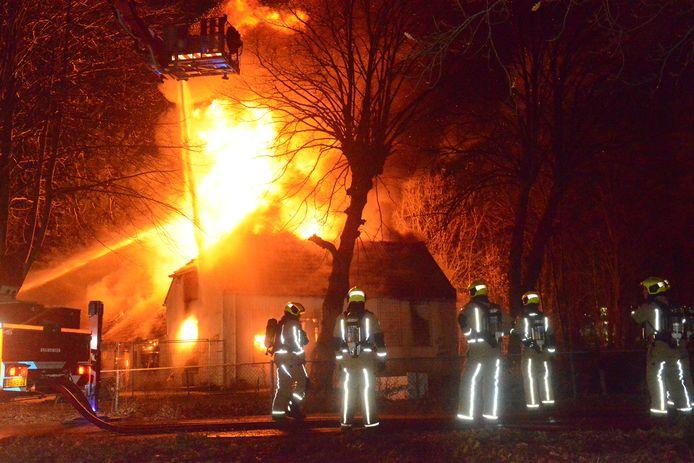 De vlammen slaan uit het dak.