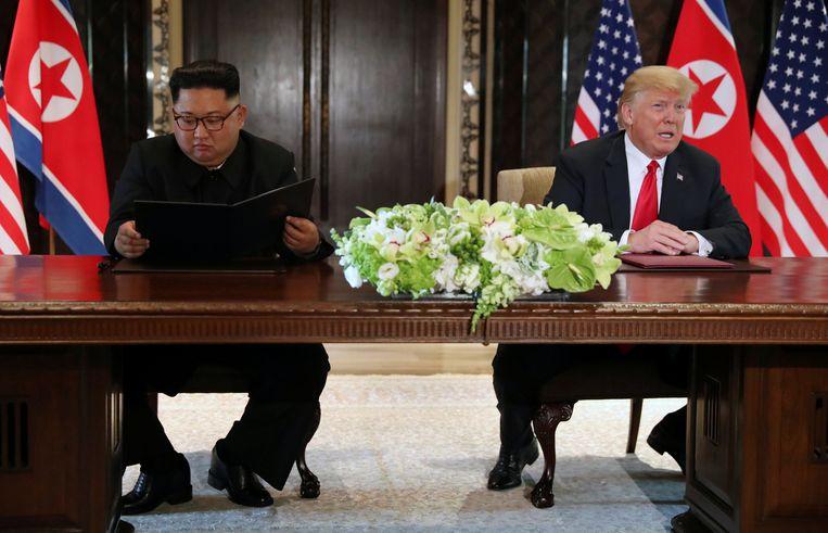 Kim Jong-un lijkt nog even te checken wat hij net ondertekend heeft.