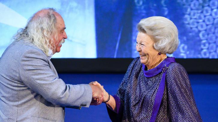 Beatrix fêteert Paul Spapens, 'de reus van Moergestel'