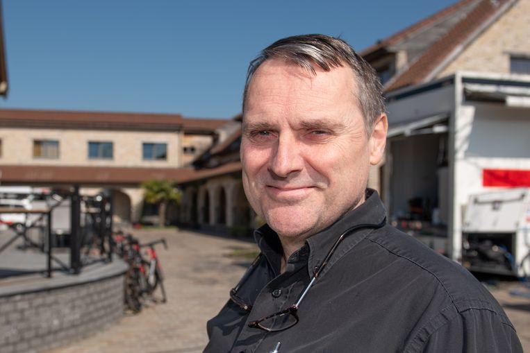 """""""In theorie zit ons hotel al vol met wielerteams, maar in de praktijk valt er altijd wel eentje af"""", zegt Joris Houwen, uitbater van hotel Moriaanshoofd in Mullem."""