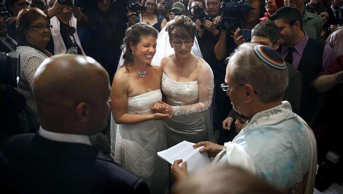 Lesbische stel in Amerika stapt in het huwelijksbootje