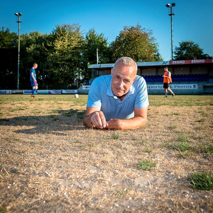 Bij VV Pernis zijn twee grasvelden compleet dor.