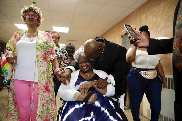 Scott en zijn moeder omhelzen elkaar wanneer ze horen dat Atchison na 28 jaar word vrijgelaten.