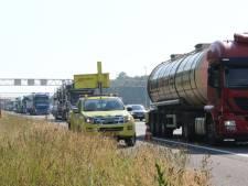 Vrachtauto's botsen: file op A1 bij Holten
