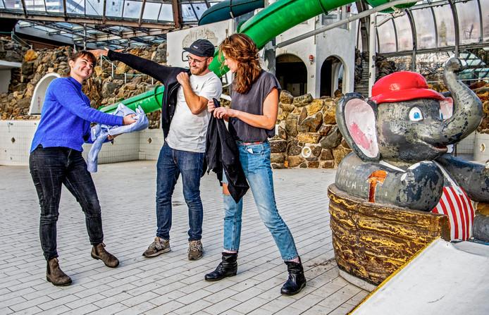 Monique Drent (rechts) en Laura Suijkerbuijk van Awearness Kollektif ruilen alvast kleding met Raymond Landegent.