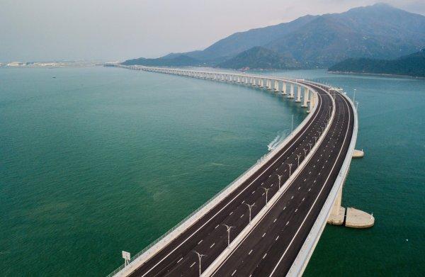 55 kilometer lang en 400 duizend ton staal: China opent de langste zeebrug ter wereld